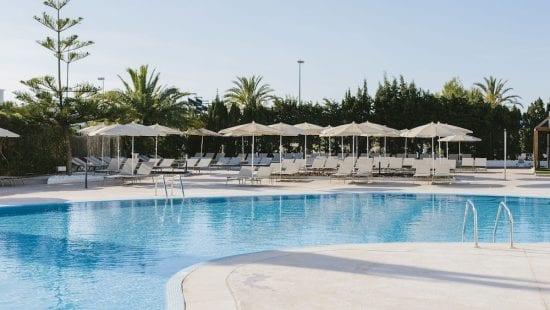 5 notti all'hotel Aluasoul Alcudia Bay con colazione inclusa con 2 GF (GC Alcanada e Pula Golf) e auto a noleggio