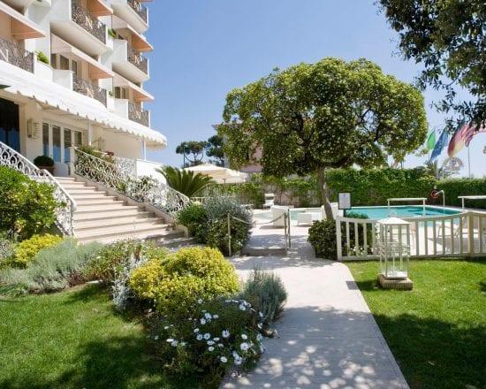 8 noches con desayuno incluido en Hotel Il Negresco y 4 Greenfee por persona (Golf Club Forte dei Marmi, Le Pavoniere, Montecatini y Cosmopolitan)