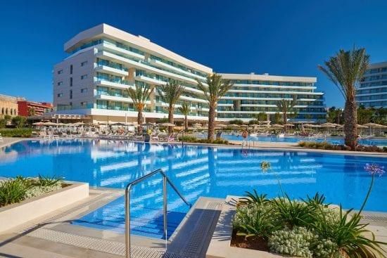 5 nuits à l'hôtel Hipotels Gran Playa de Palma avec petit-déjeuner inclus, 3 GF (GC Son Vida, Son Antem Est et Ouest) et voiture de location.